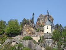Opinión sobre ruina del castillo de Vranov con Pantheo Imagenes de archivo