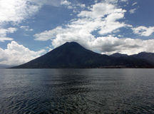 Opinión sobre San Pedro Volcano en el lago Atitlan Fotografía de archivo