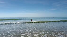 Opinión sobre sola señora Going en el océano contra el cielo metrajes