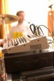Opinión sobre tarjeta del mezclador de sonidos con el batería Fotografía de archivo