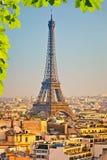 Opinión sobre torre Eiffel en la puesta del sol Imagenes de archivo