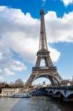 Opinión sobre torre Eiffel en París, Francia Imágenes de archivo libres de regalías