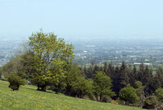 Opinión sobre un campo y una Dublín verdes en un día de niebla Imagen de archivo libre de regalías