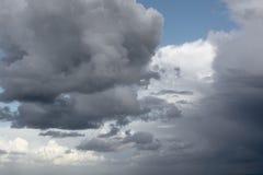 Opinión sobre un cloudscape impresionante, hermoso, tempestuoso foto de archivo libre de regalías