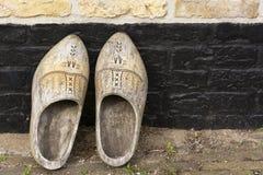 Opinión sobre un par de zapatos de madera adornados viejos holandeses del vintage tradicional foto de archivo