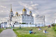 Opinión sobre un parque cerca de la catedral de Uspensky, ciudad de Vladimir, Rusia Imagenes de archivo