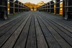 Opinión sobre un piso de madera en un pequeño embarcadero en el río Fotografía de archivo libre de regalías