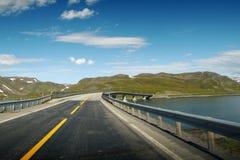 Opinión sobre un puente en el camino al cabo del norte fotografía de archivo
