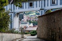 Opinión sobre una calle agradable vacía en la ciudad vieja de Cesky Krumlov, República Checa Fotos de archivo libres de regalías