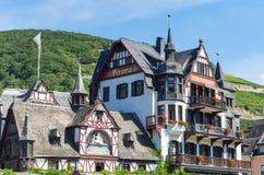 Opinión sobre una casa de marco alemana histórica con la colina y viñedos en el fondo fotografía de archivo