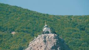 Opinión sobre una iglesia ortodoxa hermosa de Foros, que se coloca en el top entre las montañas crimeas rocosas y verdes metrajes