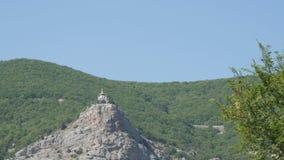 Opinión sobre una iglesia ortodoxa hermosa de Foros, que se coloca en el top entre las montañas crimeas rocosas y verdes almacen de video
