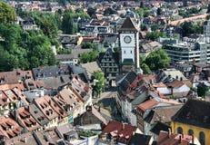Opinión sobre una torre de la ciudad de Freiburg fotografía de archivo