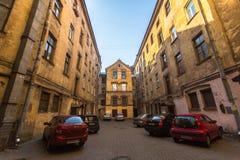 Opinión sobre una yarda-bien típica en el distrito viejo de la ciudad Imagen de archivo libre de regalías
