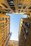 Opinión sobre una yarda-bien típica en el distrito viejo de la ciudad Foto de archivo libre de regalías