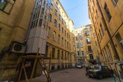 Opinión sobre una yarda-bien típica en el distrito viejo de la ciudad St Petersburg fue fundado en 16 (27) puede 1703 de Peter I Fotos de archivo