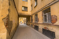 Opinión sobre una yarda-bien típica en el distrito viejo de la ciudad St Petersburg fue fundado en 16 (27) puede 1703 de Peter I Fotos de archivo libres de regalías