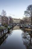 Opinión sobre uno de los canales de la ciudad de la herencia de Amsterdam, Netherland Foto de archivo libre de regalías