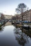 Opinión sobre uno de los canales de la ciudad de la herencia de Amsterdam, Netherland Imagenes de archivo