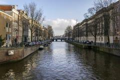 Opinión sobre uno de los canales de la ciudad de la herencia de Amsterdam, Netherland Imagen de archivo