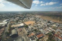 Opinión soleada aérea Ciudad Bolivar con el bosque, nubes y Imagen de archivo