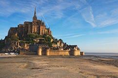 Opinión soleada de la mañana de la abadía famosa de Mont Saint Michel Es una de las atracciones turísticas más famosas de Francia Foto de archivo