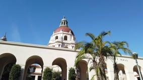 Opinión soleada del movimiento de la mañana hermoso ayuntamiento Pasadena en Los Angeles, California metrajes