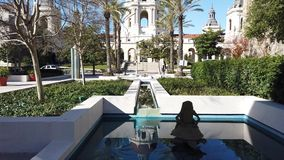 Opinión soleada del movimiento de la mañana hermoso ayuntamiento Pasadena en Los Angeles, California almacen de metraje de vídeo