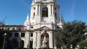 Opinión soleada del movimiento de la mañana hermoso ayuntamiento Pasadena en Los Angeles, California almacen de video