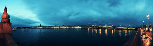 Opinión St Petersburg y Neva River, Rusia Catedral del ` s del St Isaac, el Golden Dome, el Ministerio de marina, el puente del p foto de archivo libre de regalías