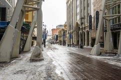 Opinión Stephen Avenue Walk en Calgary céntrica en un día de invierno Nevado Imagen de archivo