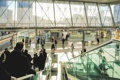 Opinión Stratford Station con la gente que va abajo de la escalera móvil Fotos de archivo