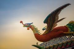 Opinión suave del foco de la estatua de Phoenix del chino en el tejado en chino Foto de archivo libre de regalías
