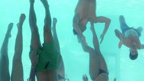 Opinión subacuática los amigos que nadan junto almacen de metraje de vídeo