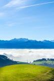 Opinión suiza del horizonte de las montañas en cloudscape y cielo azul Fotografía de archivo
