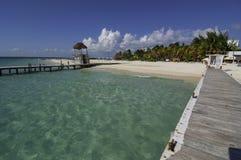 Opinión Sunny Pier que mira una playa mexicana Imágenes de archivo libres de regalías