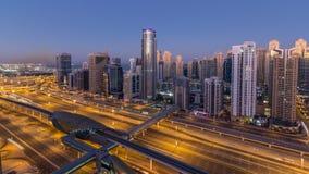 Opinión superior aérea de los rascacielos del puerto deportivo de Dubai antes de la salida del sol de JLT en la noche de Dubai al almacen de metraje de vídeo