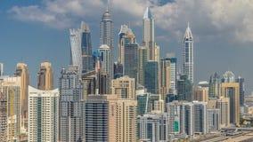 Opinión superior aérea de los rascacielos del puerto deportivo de Dubai con las nubes de JLT en el timelapse de Dubai, UAE almacen de video