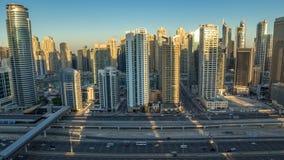 Opinión superior aérea de los rascacielos del puerto deportivo de Dubai durante salida del sol de JLT en la noche de Dubai al tim metrajes