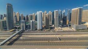 Opinión superior aérea de los rascacielos del puerto deportivo de Dubai durante todo el día de JLT en el timelapse de Dubai, UAE metrajes