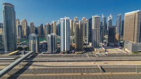 Opinión superior aérea de los rascacielos del puerto deportivo de Dubai durante todo el día de JLT en el timelapse de Dubai, UAE almacen de video