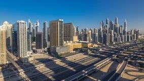 Opinión superior aérea de los rascacielos del puerto deportivo de Dubai en la mañana de JLT en el timelapse de Dubai, UAE metrajes