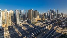 Opinión superior aérea de los rascacielos del puerto deportivo de Dubai en la mañana de JLT en el timelapse de Dubai, UAE almacen de metraje de vídeo
