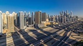 Opinión superior aérea de los rascacielos del puerto deportivo de Dubai en la mañana de JLT en el timelapse de Dubai, UAE almacen de video