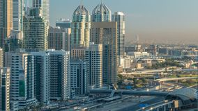 Opinión superior aérea de los rascacielos del puerto deportivo de Dubai en la salida del sol de JLT en el timelapse de Dubai, UAE almacen de metraje de vídeo
