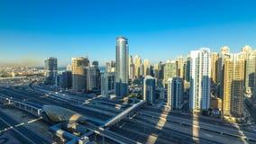 Opinión superior aérea de los rascacielos del puerto deportivo de Dubai en la salida del sol de JLT en el timelapse de Dubai, UAE almacen de video