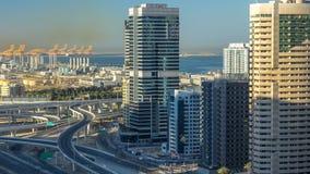 Opinión superior aérea de los rascacielos del puerto deportivo de Dubai en la salida del sol de JLT en el timelapse de Dubai, UAE metrajes