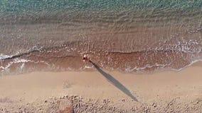 Opinión superior aérea sobre la playa Mañana del tiempo de verano metrajes