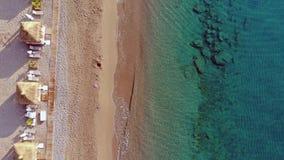 Opinión superior aérea sobre la playa Mañana del tiempo de verano almacen de metraje de vídeo