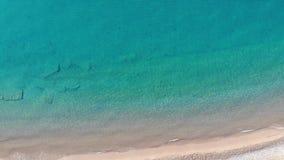 Opinión superior aérea sobre la playa Mañana del tiempo de verano almacen de video